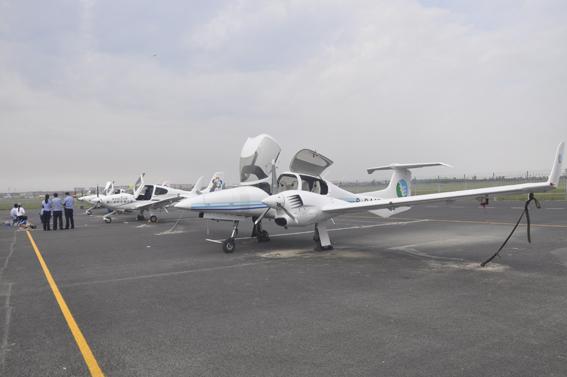 8月19日,盛况空前的包头爱飞客飞行那达慕在包头机场隆重开幕。鄂尔多斯通航公司派出飞鸿300公务机、运12、钻石DA42三架飞机参展。特别是飞鸿300公务机,是本次航展唯一的公务飞机,也是所有参展飞机中价值最高的。期间,通航公司的钻石DA42飞机还进行了飞行表演,吸引了众多观众。在商业展区,公司设置了飞行员招募、体验飞行咨询展位,就公司飞行员培训、体验飞行、观光旅游、商旅包机等业务向参展观众进行了宣传推广。